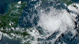 """صورة بواسطة الأقمار الاصطناعية للعاصفة الاستوائية """"نانا"""" فوق البحر الكاريبي. 1 سبتمبر/أيلول 2020."""