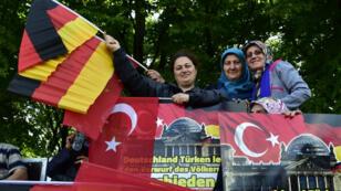Des manifestantes turcs protestent contre le vote de la résolution sur le genocide arménien, le 1er juin 2016 à Berlin.
