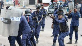 La policía reacciona luego de recibir ataques con piedras desde la Catedral de Notre Dame en Kinshasa el 25 de febrero de 2018.