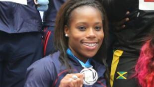 Stella Akakpo avec sa médaille d'argent sur le podium à Moscou.