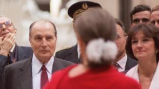 Le 1er décembre 1986, inauguration du Musée d'Orsay à Paris. Anne Pingeot (de dos, en rouge) est alors conservatrice. Le président Mitterrand, face à elle, est à l'écoute.