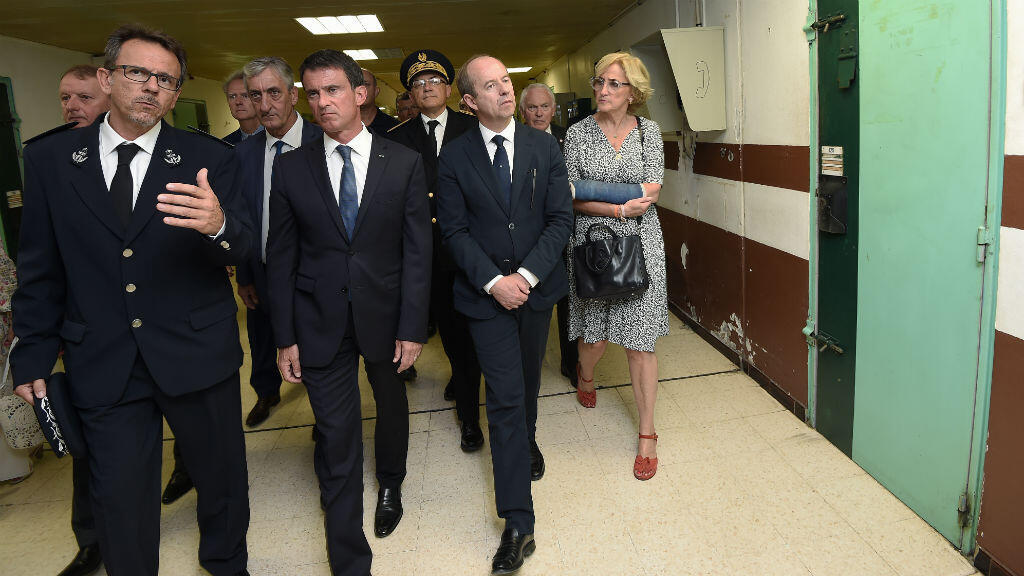 Manuel Valls (centre) et le ministre de la Justice Jean-Jacques Urvoas (à sa gauche), en visite à la maison d'arrêt de Nîmes le lundi 8 août 2016.