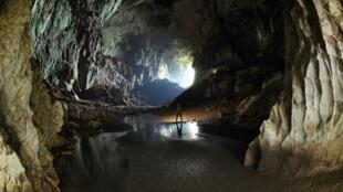 Image d'illustration : une équipe de scientifiques explorent une grotte en Malaisie.