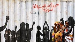 """""""الحرية والسلام والعدالة والمدنية"""" كتابات المتظاهرين على حائط في منطقة بري بالخرطوم، السودان، 10 تموز/يوليو 2019."""