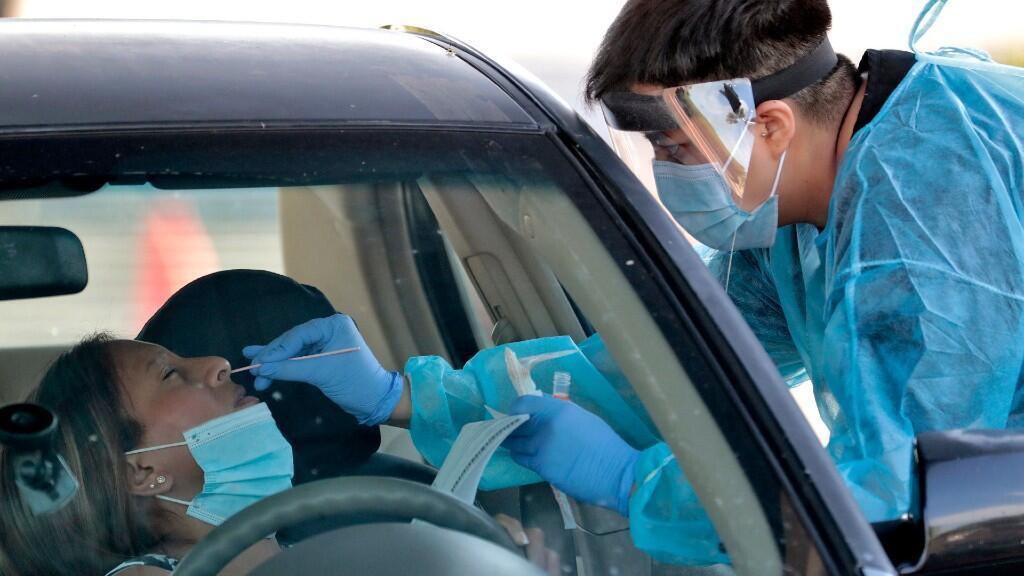 En la imagen, varios sanitarios realizan pruebas a personas en un vecindario cercano a Phoenix, en Arizona, Estados Unidos, el 27 de junio de 2020.