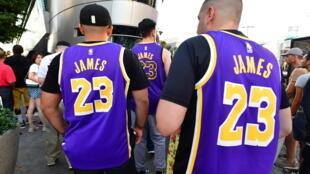 Unos aficionado asisten a un partido de la NBA entre los Lakers y los Clippers en el Staples Center de Los Ángeles el 22 de octubre de 2019
