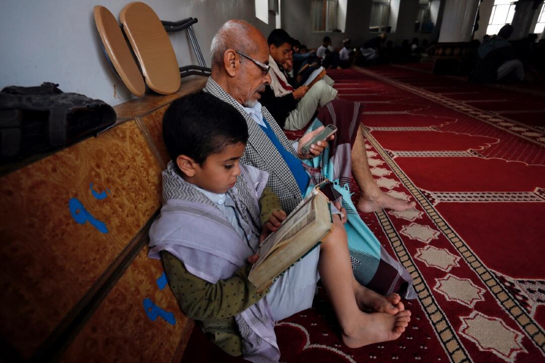 Un grupo de yemeníes lee el Corán en el mes sagrado musulmán del Ramadán en una mezquita en Saná, Yemen, el 24 de abril de 2020.
