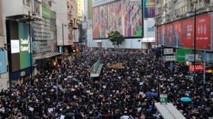 حشد من المتظاهرين في شوارع هونغ كونغ. 09/12/2019