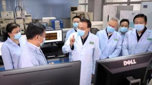 El primer ministro de China, Li Keqiang, se dirige a un grupo de investigadores del Instituto de Patología Biológica de la Academia China de Ciencias Médicas de Beijing, donde se busca una cura para el Coronavirus. En el grupo que lidera la investigación, solo hay una científica.