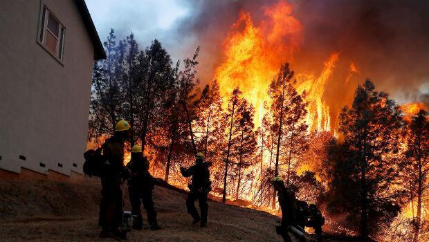 Un grupo de bomberos del Servicio Forestal de EE. UU. Vigila el incendio llamado Camp Fire, mientras luchan por extinguir las llamas, en Paradise, California,el 8 de noviembre de 2018.