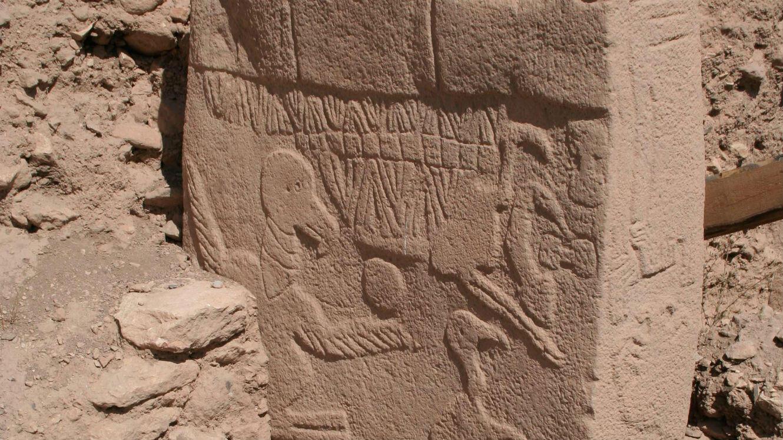 Le pilier 43, avec une gravure de tête d'homme décapité.