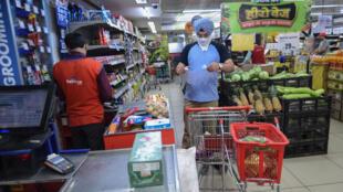 Un cliente hace la compra en una tienda de aliemntación en Faridabad, India, el 25 de marzo de 2020