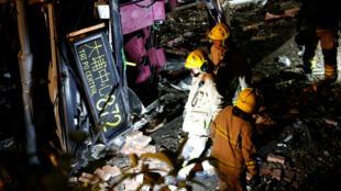 Los equipos de rescate caminan junto a un autobús accidentado en Hong Kong, China , el 10 de febrero de 2018.