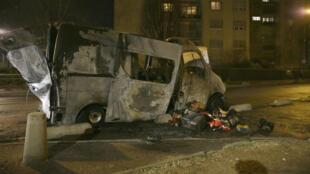 Un véhicule calciné dans le quartier du Val d'Argent Sud à Argenteuil, où des violences ont eu lieu dans la soirée du 12 février 2017.