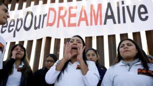 Un grupo de 'Dreamers' se manifiestan durante la reunión binacional 'Keep Our Dream Alive' en una nueva sección del muro fronterizo entre Estados Unidos y México en Sunland Park, el 10 de diciembre de 2017.