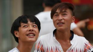 Deux jeunes chinois dans une rue de Pékin, en juillet 2015.