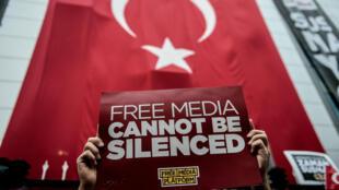 Manifestation pour la liberté de la presse à Istanbul après l'interruption, le 28 octobre, de deux chaînes de télévision proche de l'opposition.