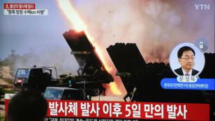 Une émission de télévision montre des séquences d'archives de tirs de missiles nord-coréens, dans une gare de Séoul le 9 mai 2019.