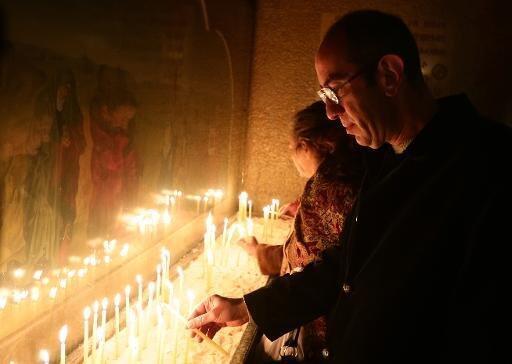 مسيحيون أرثوذكس يضيئون الشموع في كنيسة مار سركيس في دمشق في 6 كانون الثاني/ يناير 2015