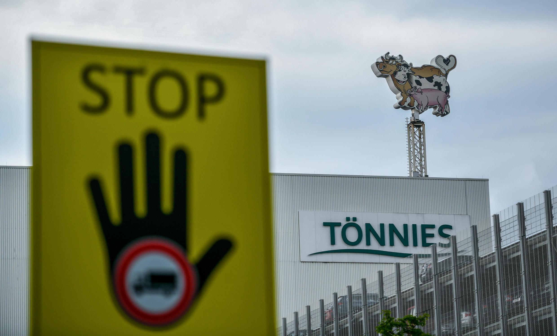 Fachada de la fábrica de carne Tönnies, en Gutersloh, Renania del Norte-Westfalia, Alemania, el 17 de junio de 2020.