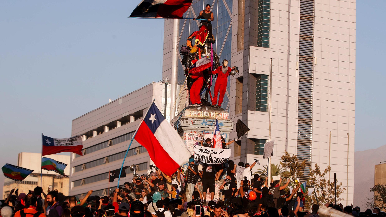 Manifestantes protestan durante una nueva jornada de movilizaciones contra el Gobierno de Sebastián Piñera en Santiago, el 13 de marzo de 2020.