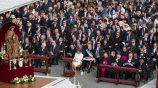 Asistentes a la canonización del arzobispo de San Salvador, Óscar Arnulfo Romero, el papa Pablo VI y la madre Nazaria Ignacia March, en la plaza de San Pedro, Ciudad del Vaticano el 14 de octubre de 2018.