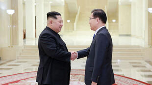 Poignée de main entre le leader nord-coréen et l'émissaire sud-coréen, le 6 mars 2018 à Pyongyang.
