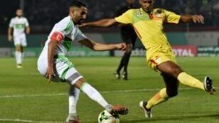 اللاعب الجزائري رياض محرز (يسار) في لقطة من مباراة ضد بنين بتاريخ 12 تشرين الأول/اكتوبر 2018