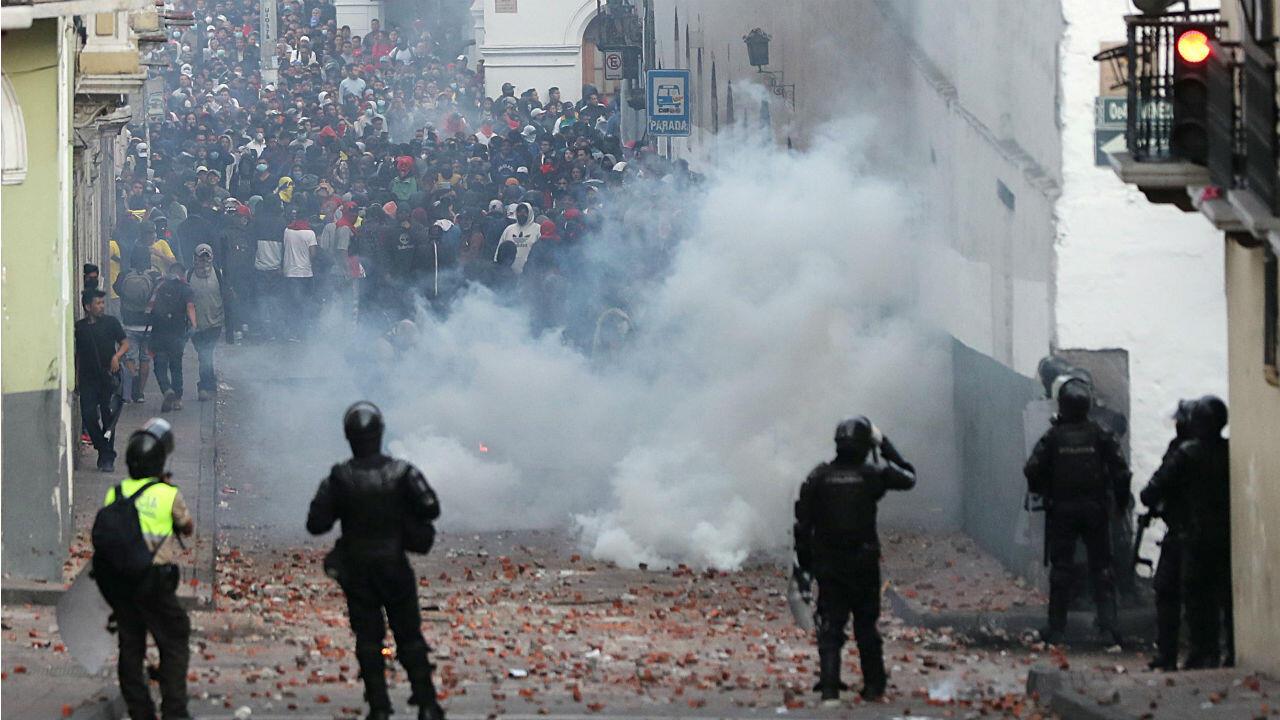 Los manifestantes chocan con las fuerzas de seguridad durante una protesta contra las medidas de austeridad del presidente de Ecuador, Lenin Moreno, en Quito, Ecuador, el 8 de octubre de 2019.