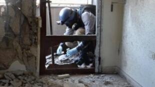 Un expert de l'ONU examine le site d'une attaque, le 29 août 2013.