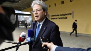 El comisario Paolo Gentiloni contesta a unos periodistas ante la sede central de las instituciones de la Unión Europea, el 13 de marzo de 2020 en Bruselas