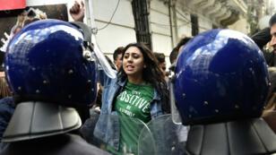 Des étudiants algériens dans les rues d'Alger protestent contre la candidature d'Abdelaziz Bouteflika, le 26 février 2019.