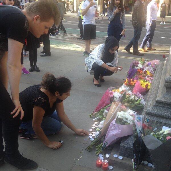 Des bouquets de fleurs sont déposés en hommage aux victimes.