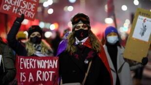 Des manifestants prenant part vendredi 29 janvier 2021 à une manifestation contre le décret entré en vigueur en Pologne et  instaurant une quasi-interdiction de l'avortement.