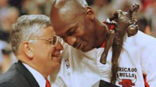 David Stern, ici avec Michael Jordan, est mort le 1er janvier 2020.