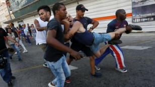 Un activista de los derechos LGBTI es detenido por agentes de seguridad vestidos de civiles mientras participaba en una manifestación anual contra la homofobia y la transfobia en La Habana, Cuba, el 11 de mayo de 2019.