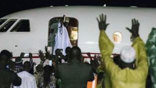 L'ancien dictateur gambien Yahya Jammeh salue ses fidèles, samedi 21 janvier 2017, alors qu'il quitte le pays pour la Guinée équatoriale, après 22 ans passés au pouvoir.