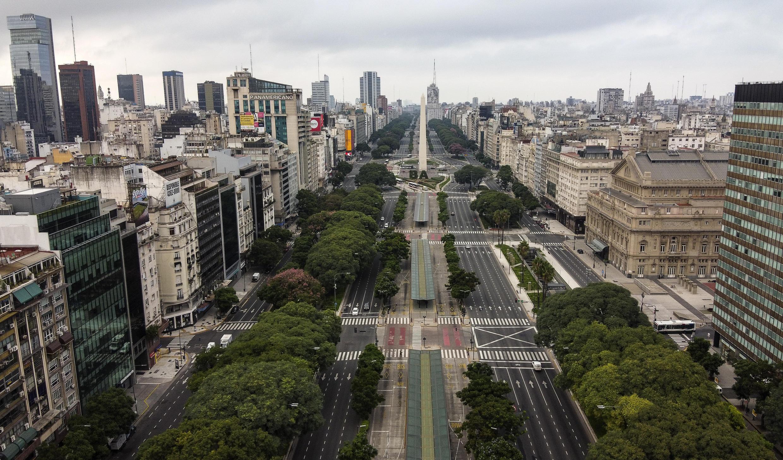 Vista aérea de la avenida 9 de Julio en Buenos Aires, el 30 de marzo de 2020