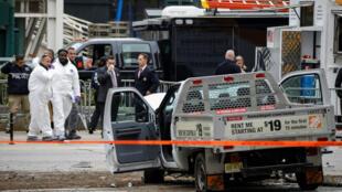 Las autoridades policiales investigan la camioneta usada en el ataque realizado en la autopista del lado oeste en el bajo Manhattan en Nueva York, el 1° de noviembre de 2017.