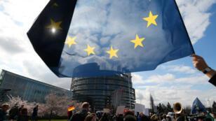 La réforme du droit d'auteur a été adoptée par le Parlement européen par 348votes en faveur, 276contre et 36abstentions.