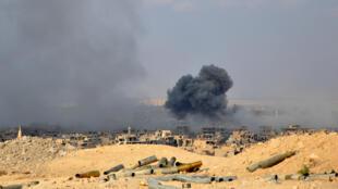 Humo se eleva desde la ciudad siria de Deir Al-Zur durante una operación de las fuerzas del gobierno sirio contra los yihadistas del grupo Estado Islámico (EI), el 2 de noviembre de 2017.