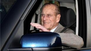 Foto de archivo del príncipe Felipe de Edimburgo saliendo del Hospital Papworth en el sur de Inglaterra, el 27 de diciembre de 2011.