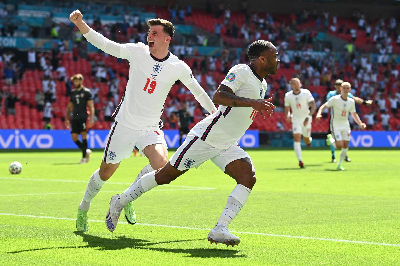 El delantero inglés Raheem Sterling celebra el primer gol de su equipo con el mediocampista Mason Mount durante el partido  Inglaterra-Croacia, en el estadio de Wembley, en Londres, el 13 de junio de 2021.