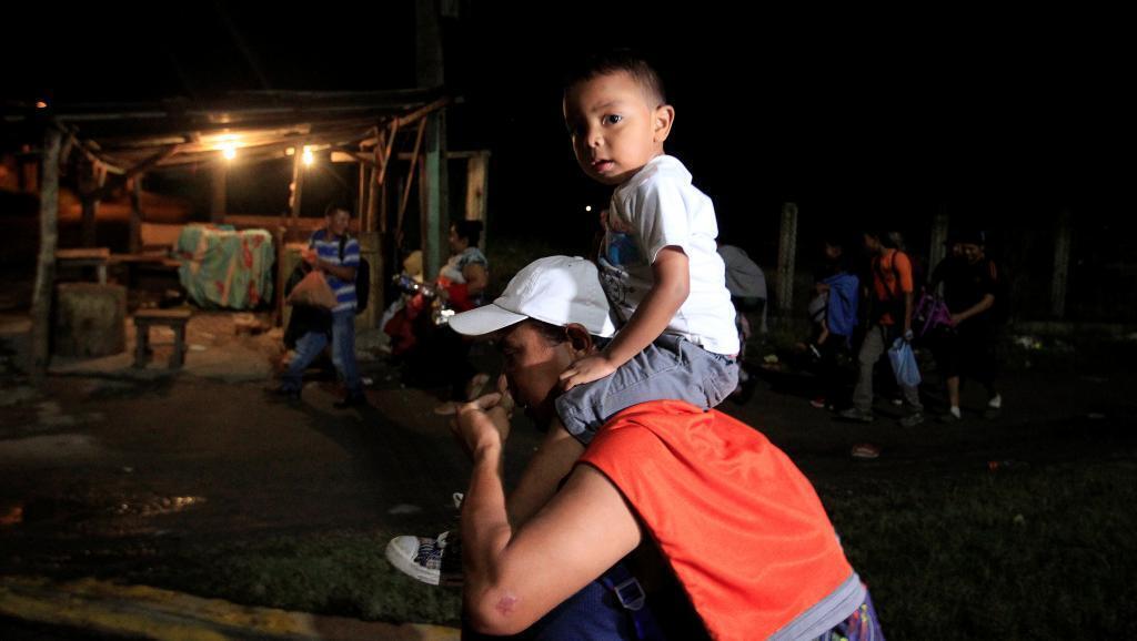 Hondureños forman en San Pedro Sula, Honduras, el 14 de enero de 2019, con rumbo a Estados Unidos..