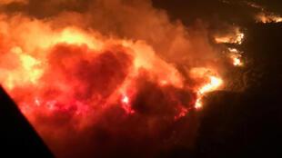 Un incendio es visto desde el aire cerca de Atlas Road durante una operación para rescatar gente atrapada en Napa, California, el 9 de octubre de 2017.