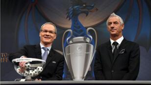 Le directeur des compétitions de l'UEFA, Giorgio Marchetti (à gauche), et l'ex-joueur de Liverpool Ian Rush, en Suisse, le 17 mars..