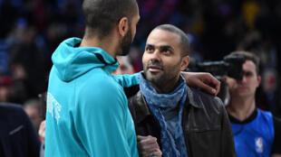 Tony Parker en discusison avec Nicolas Batum lors du match de NBA entre les Milwaukee Bucks et Charlotte Hornets à Paris le 24 janvier 2020