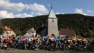 El pelotón del último Tour de Francia rueda durante la etapa 19, entre las localidades de Bourg en Bresse y Champagnole, el 18 de septiembre de 2020
