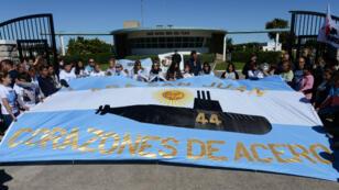 Los familiares de los 44 miembros de la tripulación del submarino ARA San Juan, asisten a una manifestación frente a la Base Naval Argentina desde donde zarpó el submarino, en Mar del Plata, Argentina . Foto tomada 18 de noviembre de 2018.