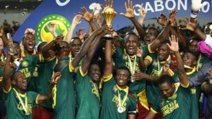 لاعبو الكاميرون يحتفلون بفوزهم بالكأس الأفريقية في 2017 بالغابون